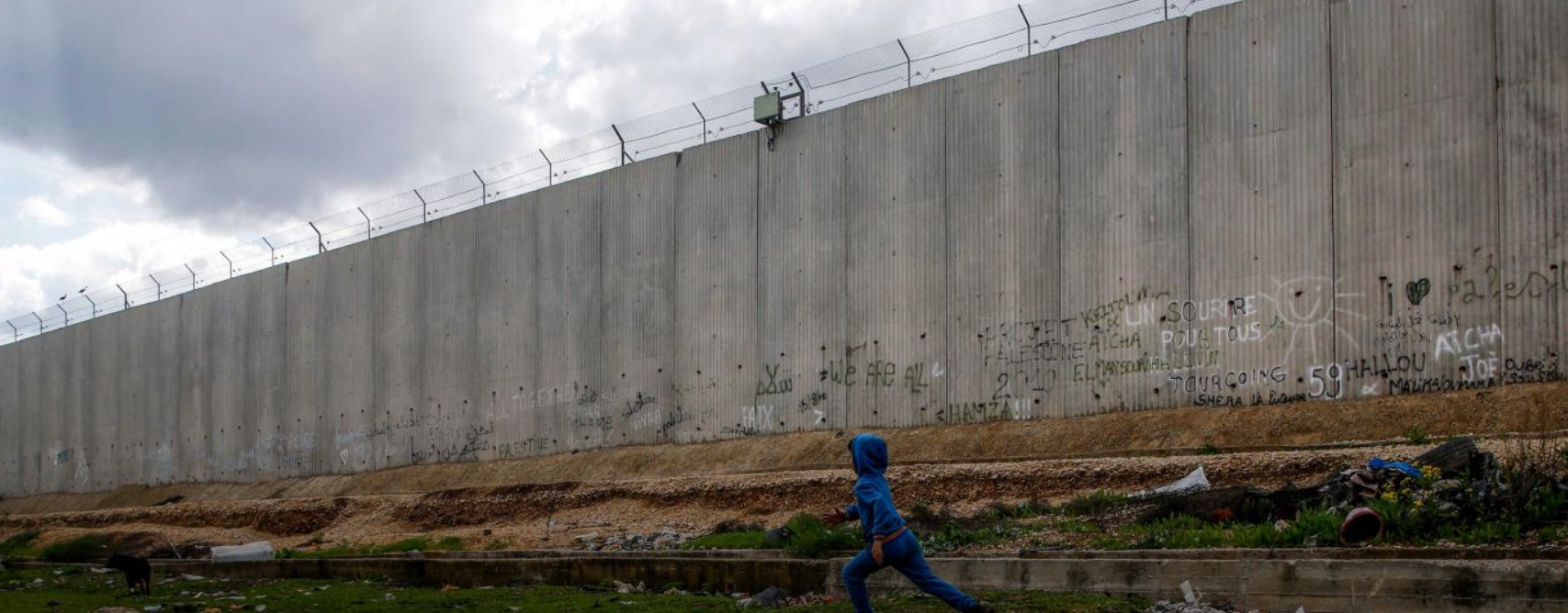 La valla de seguridad israelí, como se la ilustra convenientemente en la portada del informe. Human Rights Watch.
